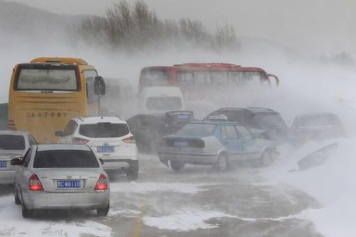 黑龙江暴雪致绥满高速数十辆车连环追尾