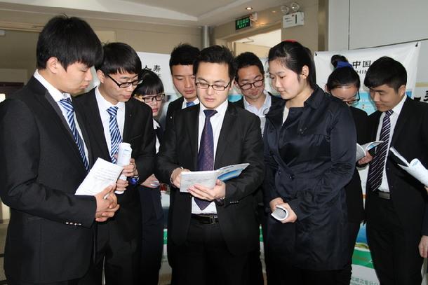 图为该公司金融保险理财团队利用培训间隙,与新进公司的大学生一起图片