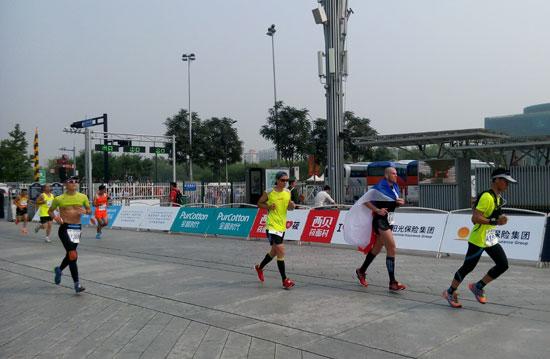各国马拉松爱好者在京参加第35届北京马拉松赛-北京马拉松赛开跑
